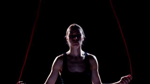 vídeos de stock e filmes b-roll de mulher saltar à corda - desporto de competição desporto