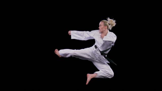 vídeos y material grabado en eventos de stock de slo mo ld karateista femenino realizando una patada lateral voladora - movimiento rápido