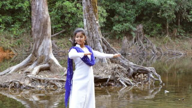 vídeos y material grabado en eventos de stock de bailarina de kathak - vestido tradicional