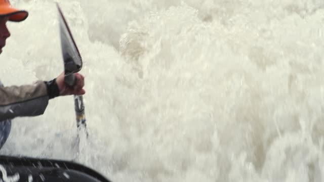 vídeos de stock e filmes b-roll de slo mo ms female kayaker swimming in river rapids, glenwood springs, colorado, usa - só um homem de idade mediana