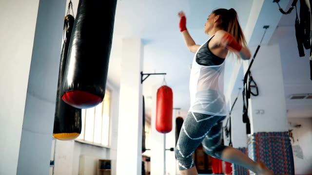 weibliches kickboxer-training - asiatischer kampfsport stock-videos und b-roll-filmmaterial