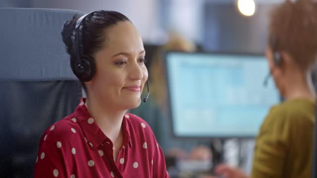 vídeos y material grabado en eventos de stock de mujer latinoamericana agente del centro de llamadas sonriendo mientras proporciona atención al cliente - call center latin
