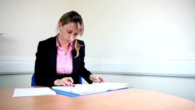 vídeos de stock e filmes b-roll de mulher assinar contrato de advogado - eastern european culture