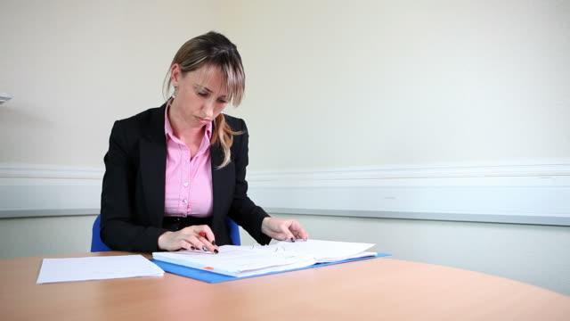 vídeos de stock e filmes b-roll de female lawyer signing contracts - eastern european culture