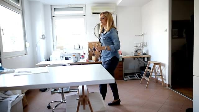 女性指導者 - 座る点の映像素材/bロール