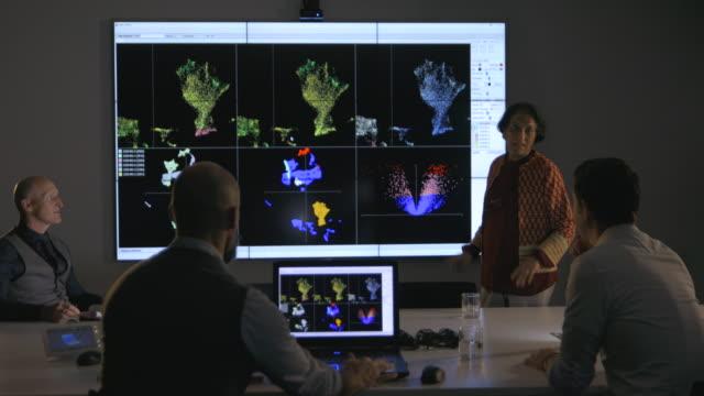 donna alla guida di una presentazione scientifica - ricerca medica video stock e b–roll