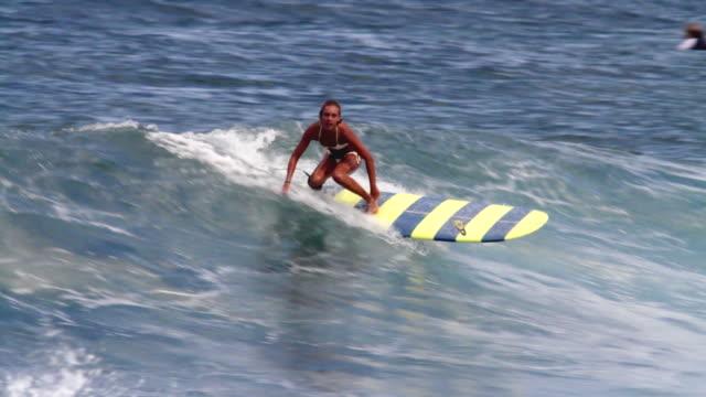 vídeos y material grabado en eventos de stock de ms ts female longboard surfer riding on  wave  / haleiwa, hawaii, united states - surf en longobard