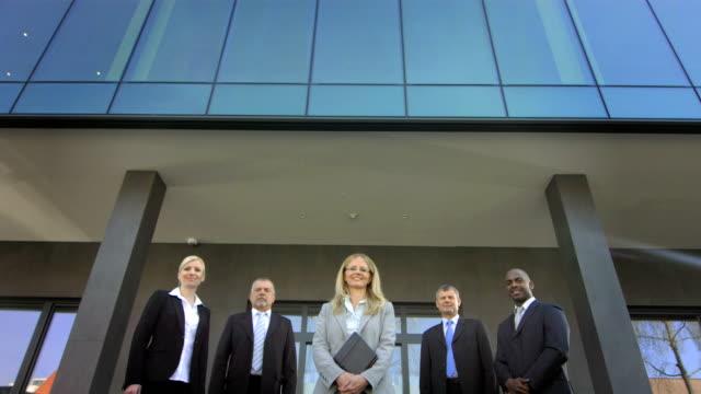 vídeos y material grabado en eventos de stock de gerente td mujer posando con su equipo - fiabilidad