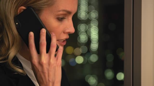 weiblicher manager, der anruf per fenster im hotel erhält - bekommen stock-videos und b-roll-filmmaterial