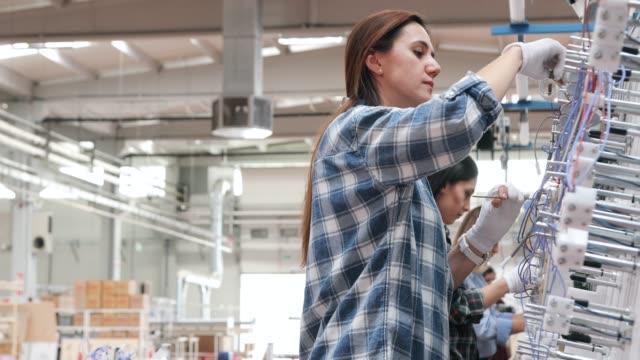team von handwerkerarbeitern, das an der produktionslinie in der fabrik arbeitet - connection in process stock-videos und b-roll-filmmaterial