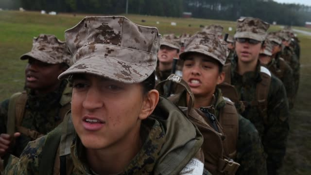 female marine recruits go over safety procedures while waiting to fire on the rifle range during boot camp february 25 2013 at mcrd parris island... - campo di allenamento militare video stock e b–roll