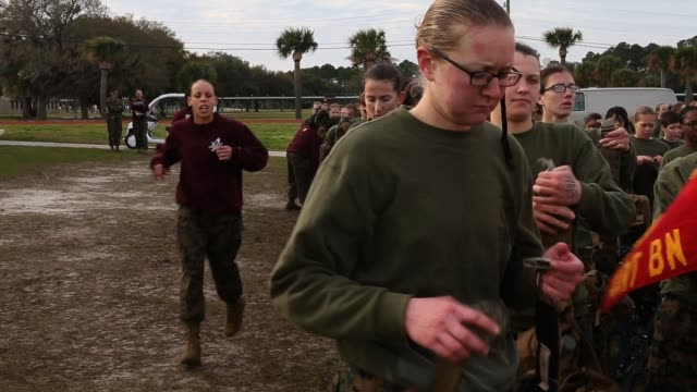 female marine recruits train during boot camp february 27 2013 at mcrd parris island south carolina women attend marine boot camp at parris island... - militärisches trainingslager stock-videos und b-roll-filmmaterial