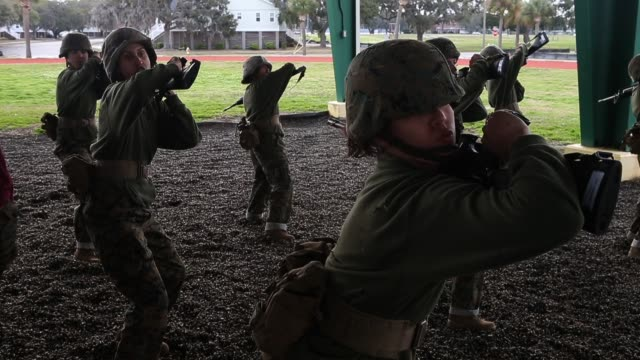vídeos y material grabado en eventos de stock de female marine recruits train in handtohand combat during boot camp february 27 2013 at mcrd parris island south carolina women attend marine boot... - recluta