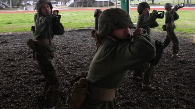 vídeos de stock, filmes e b-roll de female marine recruits train in handtohand combat during boot camp february 27 2013 at mcrd parris island south carolina women attend marine boot... - campo de treinamento militar