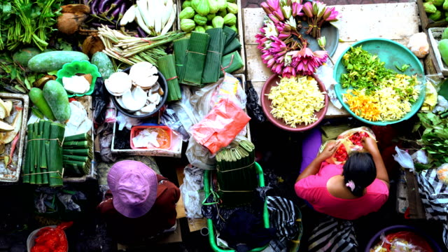 vídeos de stock e filmes b-roll de female market trader selling flowers and spices indonesia - indonesia