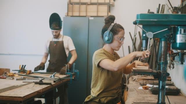 ドリルプレスを使用した女性の金属労働者 (スローモーション) - アルゼンチン文化点の映像素材/bロール