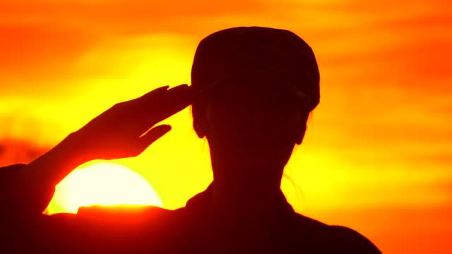 女性軍のシルエット兵士の敬礼日没 - 敬礼点の映像素材/bロール