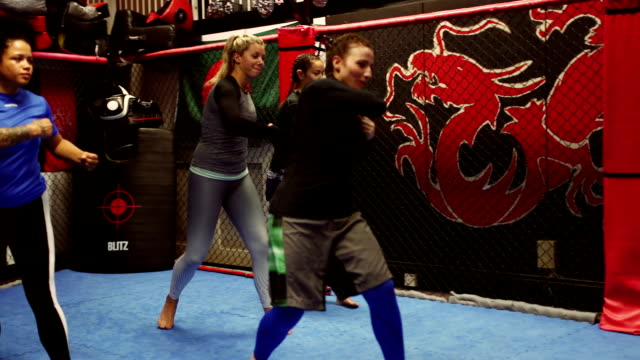 Kvinnliga Mixed Martial Arts klass