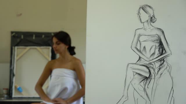 大学で美術の授業でモデル女性 - 絵画モデル点の映像素材/bロール