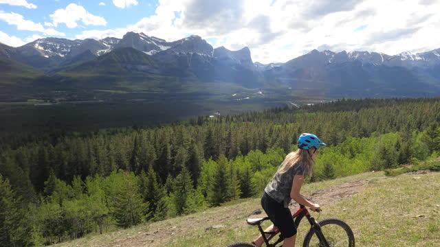 female mountain biker follows ridge crest trail - mountain biking stock videos & royalty-free footage