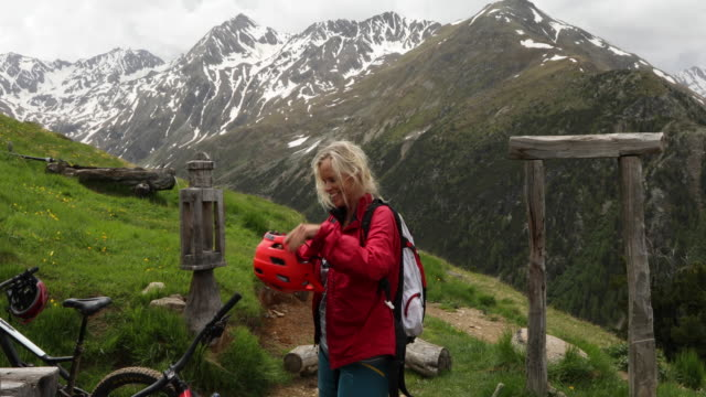 vídeos y material grabado en eventos de stock de female mountain biker leaves hut doorway - mochila bolsa