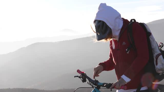 女山地車手在岩石山頂上進行維修 - 少於10秒 個影片檔及 b 捲影像