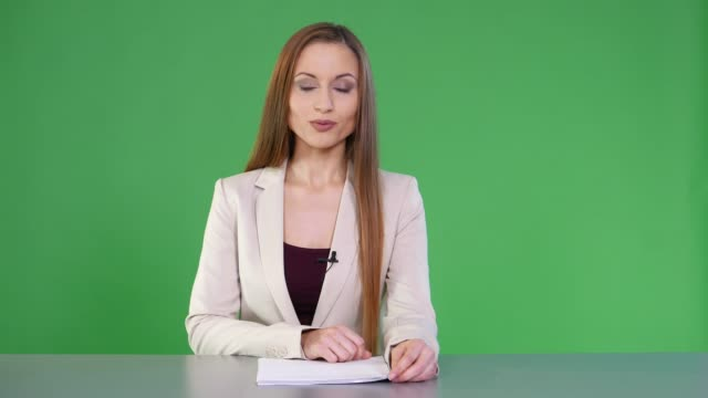 vídeos de stock e filmes b-roll de 4k female newscaster on green background - software de computador