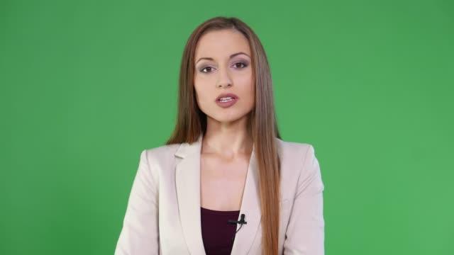 vídeos de stock, filmes e b-roll de apresentador fêmea de 4k no fundo verde - jornal