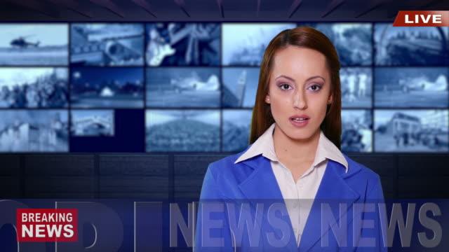 vídeos y material grabado en eventos de stock de newsreader femenino de 4 k con traje azul en estudio de tv - sala de prensa