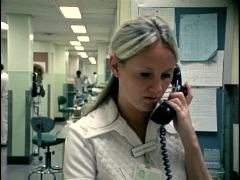 vídeos de stock e filmes b-roll de 1978, ms female nurse talking on phone, los angeles, california, usa - rececionista