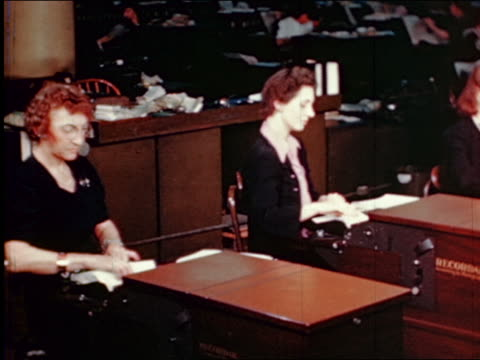 vidéos et rushes de 1945 pan female office workers operating photographing machines to copy bills / gimbels / industrial - col blanc