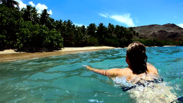 vídeos y material grabado en eventos de stock de female on a deserted island beach tahuata marquesas - territorios franceses de ultramar