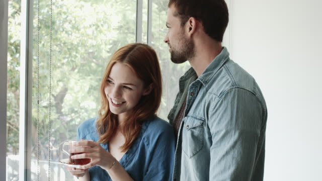 vídeos de stock, filmes e b-roll de female on balcony with tea - casal jovem