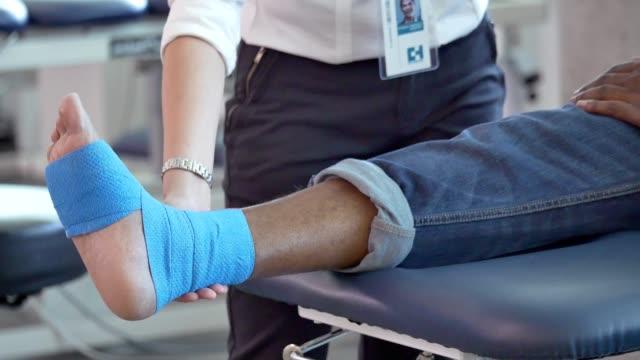 vídeos de stock, filmes e b-roll de médico ortopédico feminino verifica o progresso do paciente - examinando
