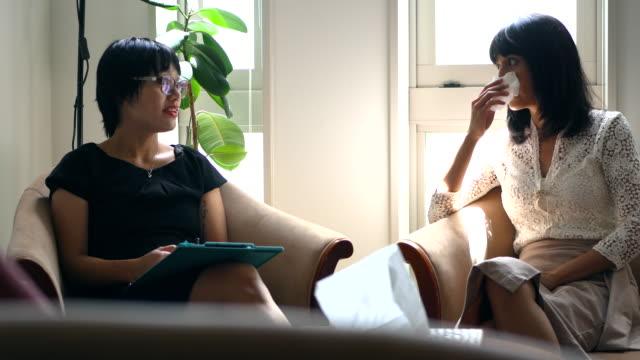 weibliche patienten psychische beratung - selbstmord stock-videos und b-roll-filmmaterial