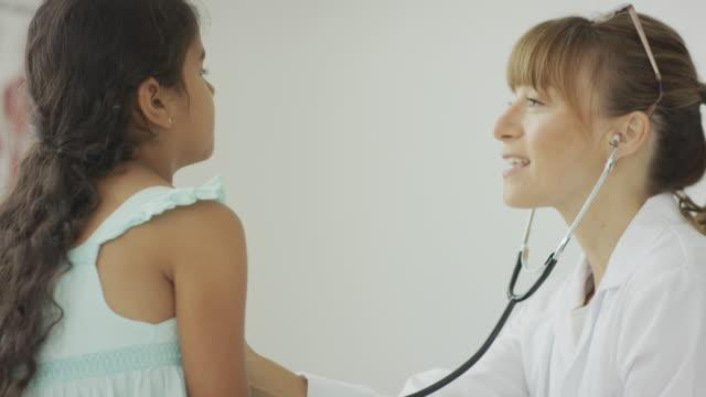 pediatra donna con paziente - misurare il polso video stock e b–roll