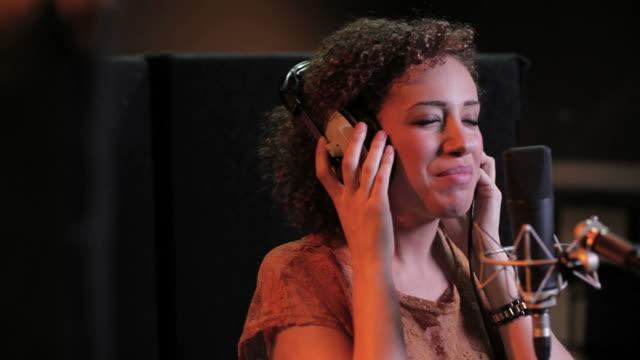 vidéos et rushes de femme de spectacle de studio d'enregistrement - musicien