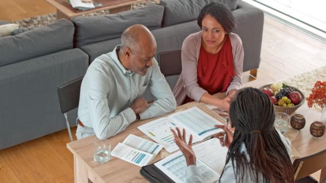 Weibliche persönliche Banker ihre Kunden in ihrem Zuhause besuchen