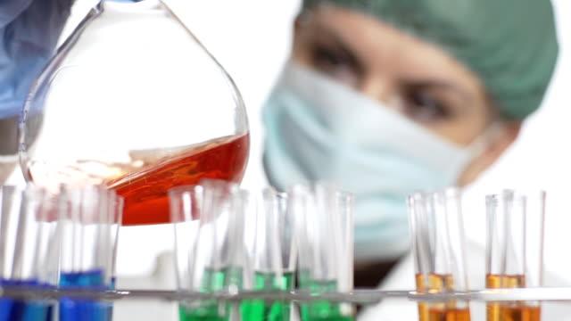 hd rallentatore: farmacista femmina lavorando in laboratorio - pallone di vetro video stock e b–roll