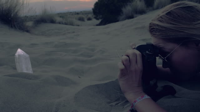 fotografin am strand - coastal feature stock-videos und b-roll-filmmaterial