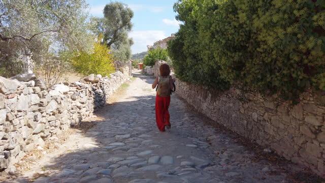 fotografin geht in den antiken ruinen der antiken stadt stratonicea in mugla, türkei spazieren - einzelne frau über 40 stock-videos und b-roll-filmmaterial