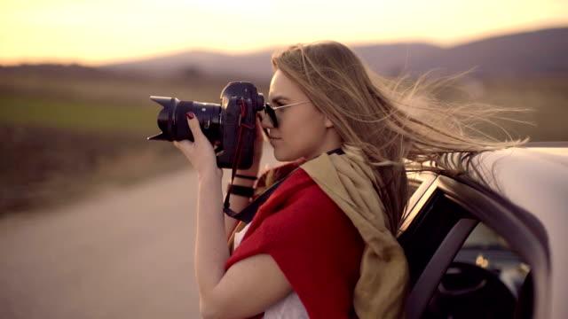 vídeos de stock, filmes e b-roll de fotógrafo feminino - photographing