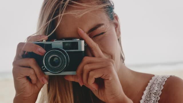 weibliche fotografie durch vintage-kamera - blondes haar stock-videos und b-roll-filmmaterial