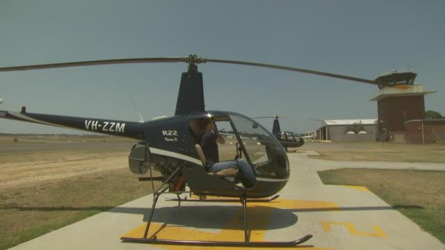female pilot in robinson r22 helicopter, australia - 30 34 ��r bildbanksvideor och videomaterial från bakom kulisserna