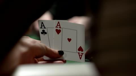 hd dolly: weibliche-spieler, die loch-karten - poker stock-videos und b-roll-filmmaterial