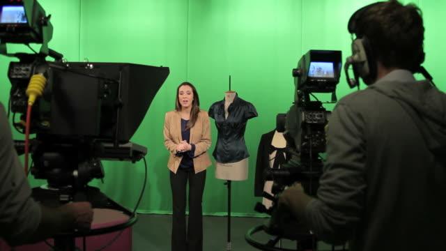 Weibliche Moderator im studio Gespräch mit Kamera