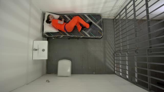 4K Antenne: weibliche Gefangene im Gefängnis nicht schlafen