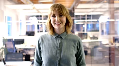 weibliche professionelle lächelnd in büro - vorderansicht stock-videos und b-roll-filmmaterial