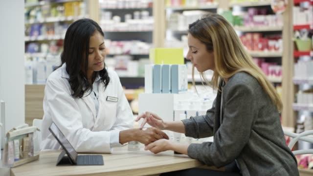 vídeos de stock, filmes e b-roll de profissionais fêmeas que verific a amostra médica - pessoa de negócios