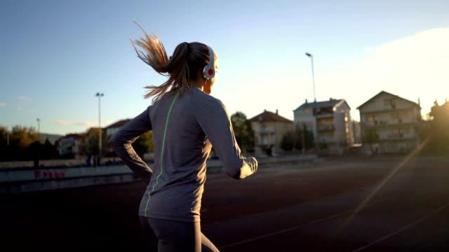 vídeos de stock e filmes b-roll de female race runner listening to music - desporto de competição desporto